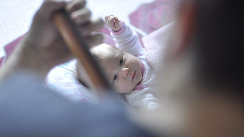 """ABBIAMO fatto un figlio – 10 consigli  per le mamme della società del """"dover fare"""""""